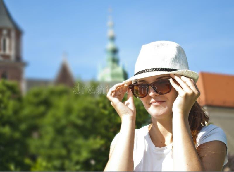 Retrato de óculos de sol desgastando da mulher consideravelmente nova imagens de stock