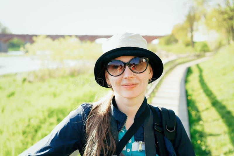 Retrato de óculos de sol vestindo da moça em Kuldiga em Kurzeme em Letónia ocidental Usou-se para ser chamado Goldingen imagens de stock