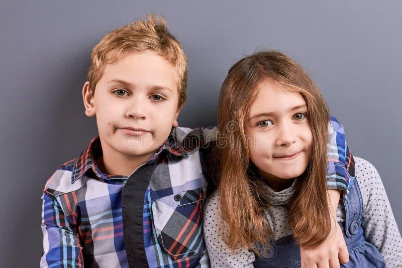 Retrato de abraçar crianças fotografia de stock royalty free