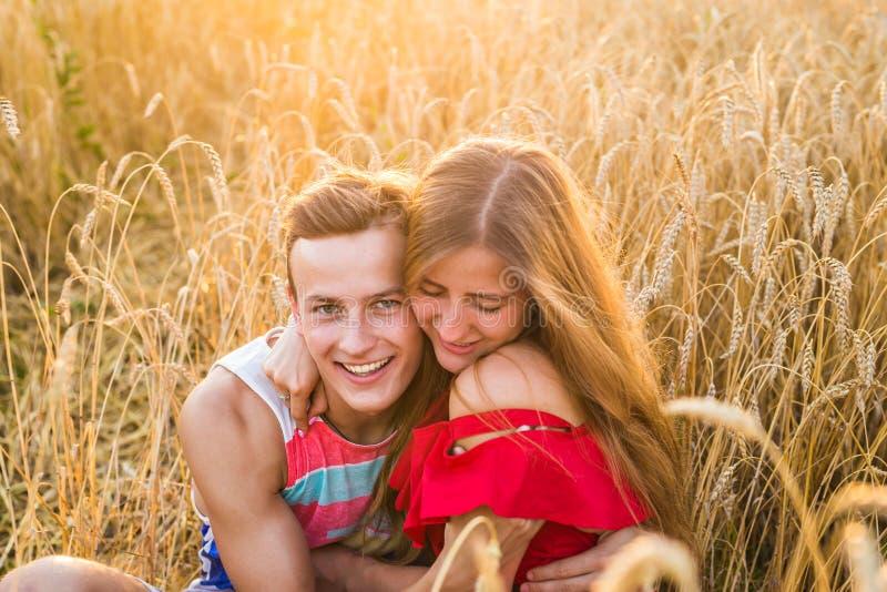 Retrato de abraços românticos dos pares no campo fotos de stock