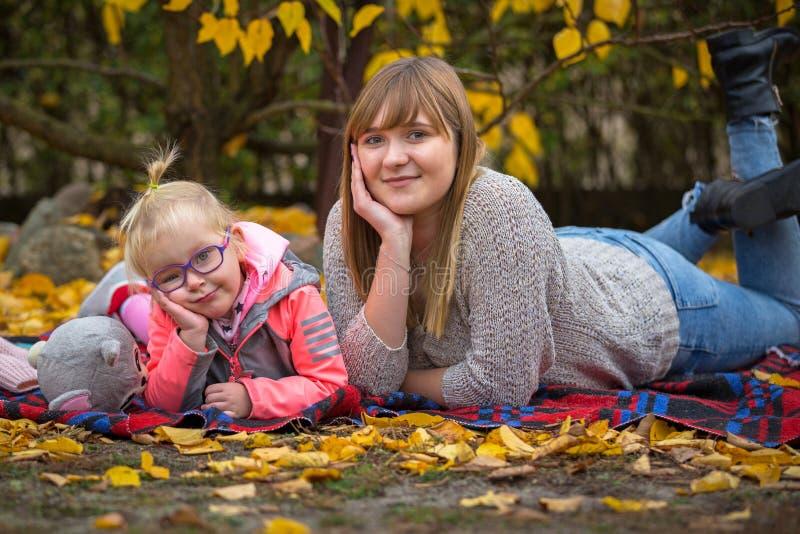 Retrato de adolescente com uma menina foto de stock royalty free