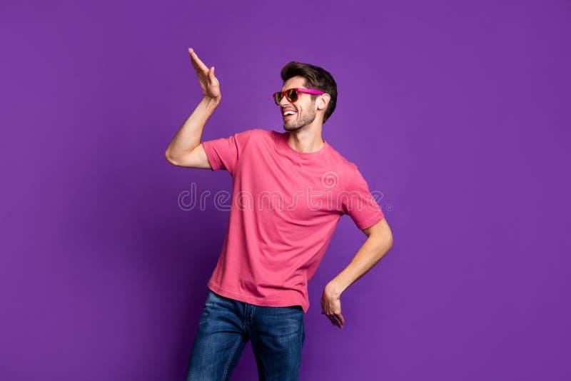 Retrato de alegre e sincero clube noturno dança hip hop no concerto de fim de semana usa roupas bonitas isoladas sobre fotos de stock