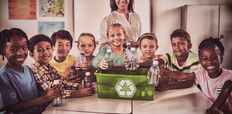 Retrato de alumnos y del reciclaje del profesor foto de archivo