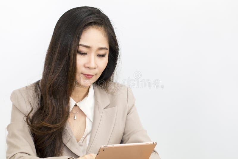 Retrato de 40-50 anos bonitos Trabalho das mulheres de negócios imagens de stock