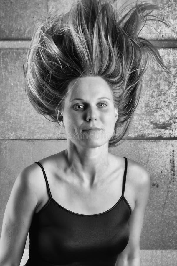 Retrato de B&W de uma mulher com um penteado pontudo incomum fotos de stock royalty free
