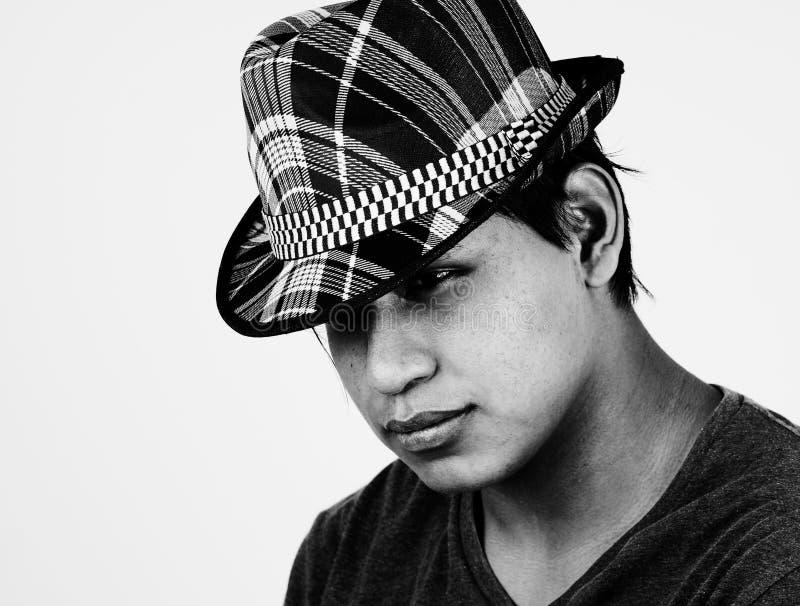 Retrato de B&W do homem novo do latino com chapéu fotografia de stock royalty free