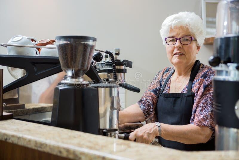 Retrato de Barista mayor Preparing Coffee fotografía de archivo libre de regalías
