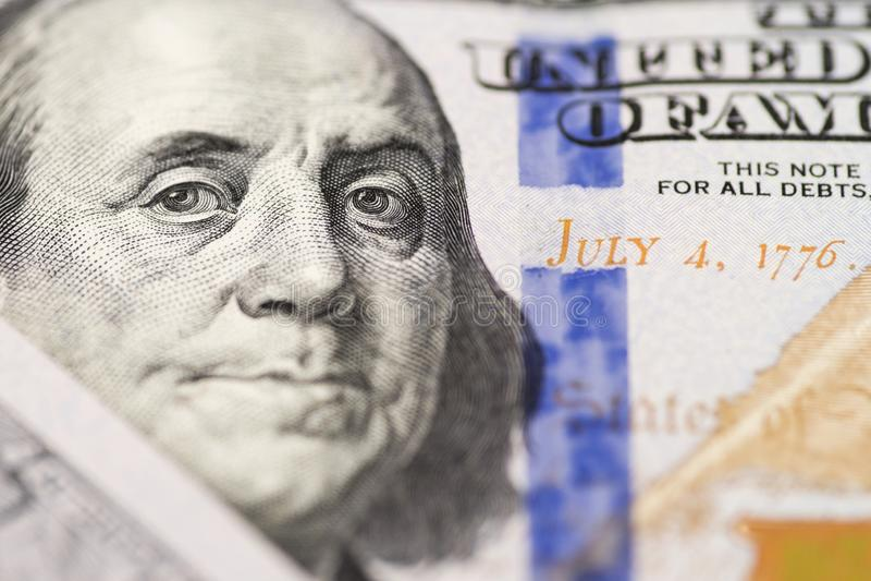 Retrato de Benjamin Franklin de 100 d?lares de conta A cara de Benjamin Franklin nas cem c?dulas do d?lar, fundos, foto de stock royalty free