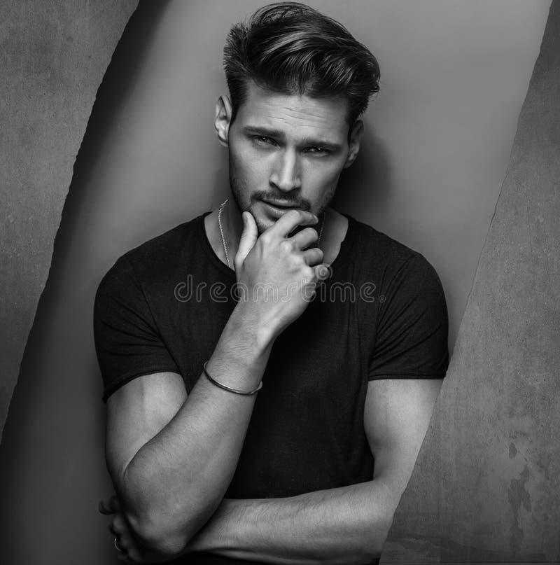 Retrato de Black&white de um homem novo considerável fotos de stock royalty free