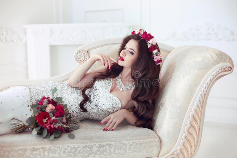 Retrato de boda moreno hermoso de la novia Maquillaje rojo de los labios largo imagen de archivo libre de regalías