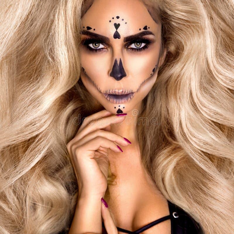 Retrato de bruxa pelada sexy do Halloween Linda jovem em feiticeira maquiada de cabelo longo e encaracolado e lingerie sexy Amplo foto de stock royalty free