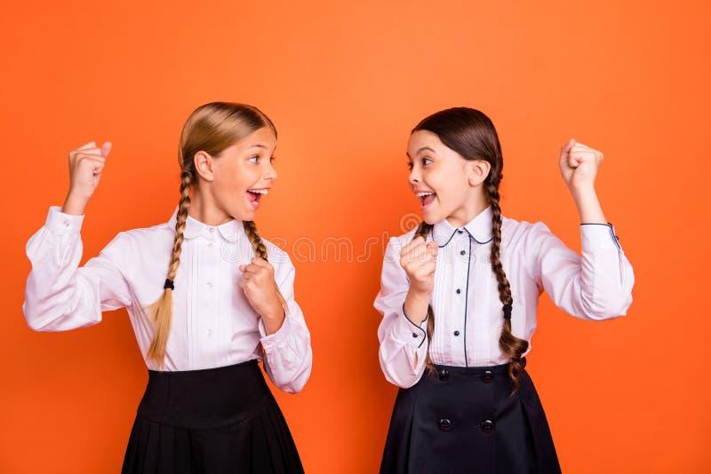 Retrato de buen grande de las muchachas pre-adolescentes divertidas emocionadas extáticas alegres alegres lindas encantadoras atr imagenes de archivo