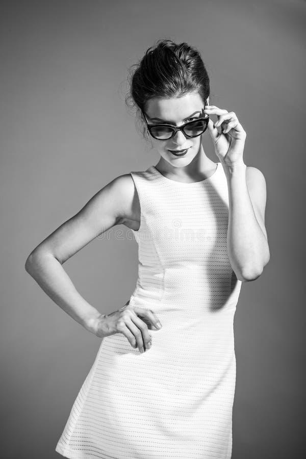 Retrato de BW de la muchacha hermosa morena que presenta en el vestido blanco imagen de archivo libre de regalías