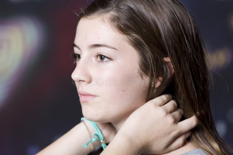 Retrato de cabelo tocante do adolescente fotos de stock royalty free