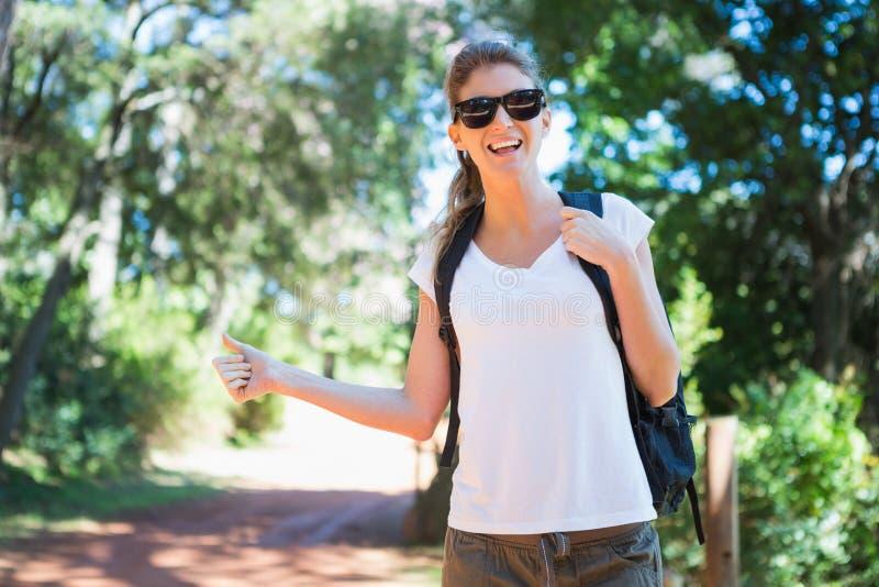 Retrato de caminar del tirón de la mujer foto de archivo libre de regalías