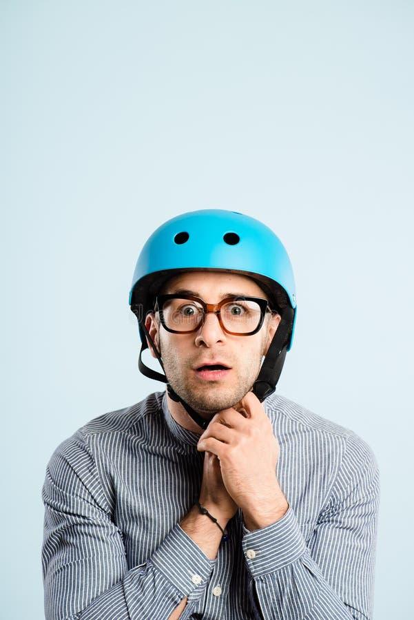 Defin alto de ciclagem vestindo dos povos reais do retrato do capacete do homem engraçado imagens de stock royalty free