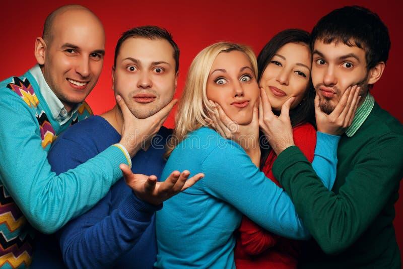 Retrato de cinco amigos próximos à moda foto de stock