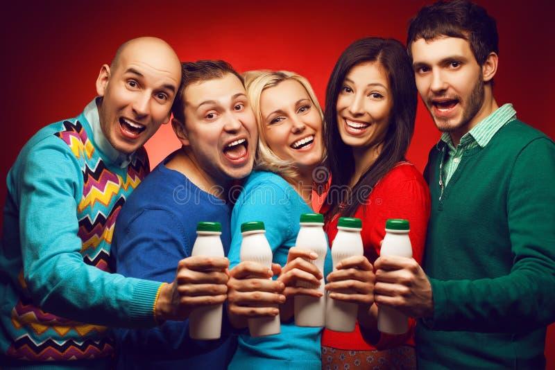 Retrato de cinco amigos próximos à moda com produto de leite fotos de stock