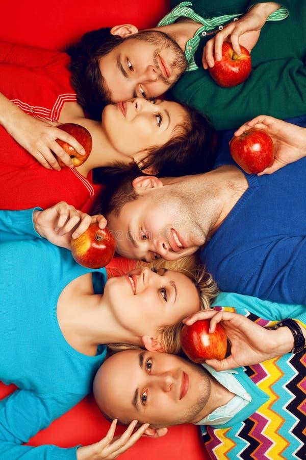 Retrato de cinco amigos próximos à moda que abraçam e que encontram-se imagens de stock