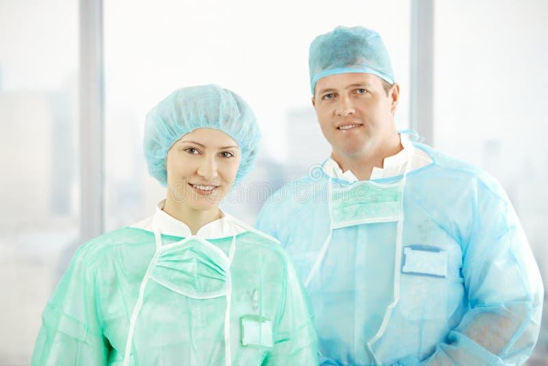 Retrato de cirurgiões confiáveis imagem de stock