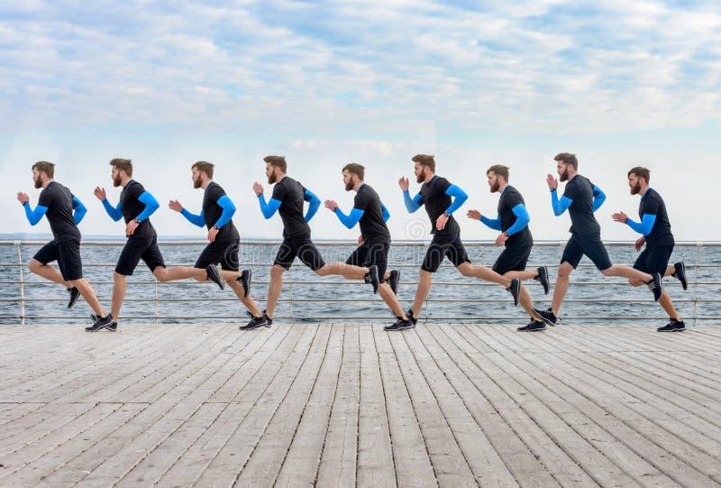 Retrato de clone dos homens de um esporte do corredor na superfície de madeira fotos de stock royalty free