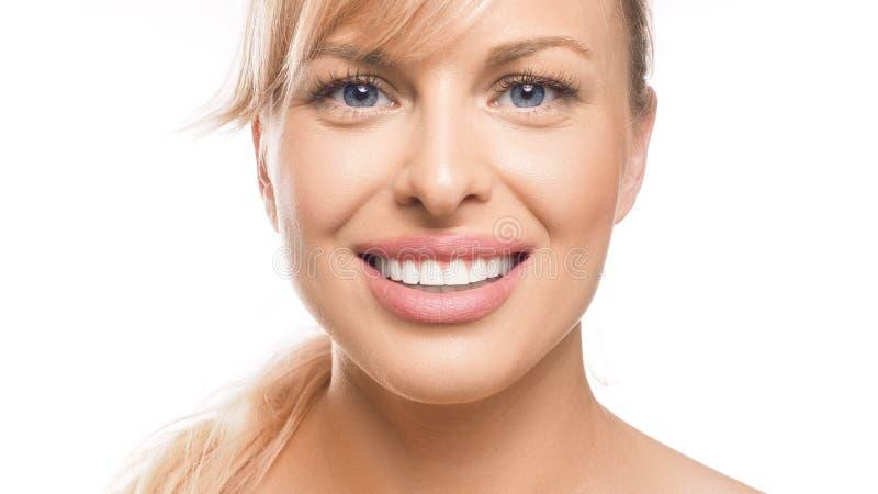 Retrato de Closenup de una mujer sonriente en el fondo blanco Dientes que blanquean y concepto de la estomatolog?a imagen de archivo libre de regalías