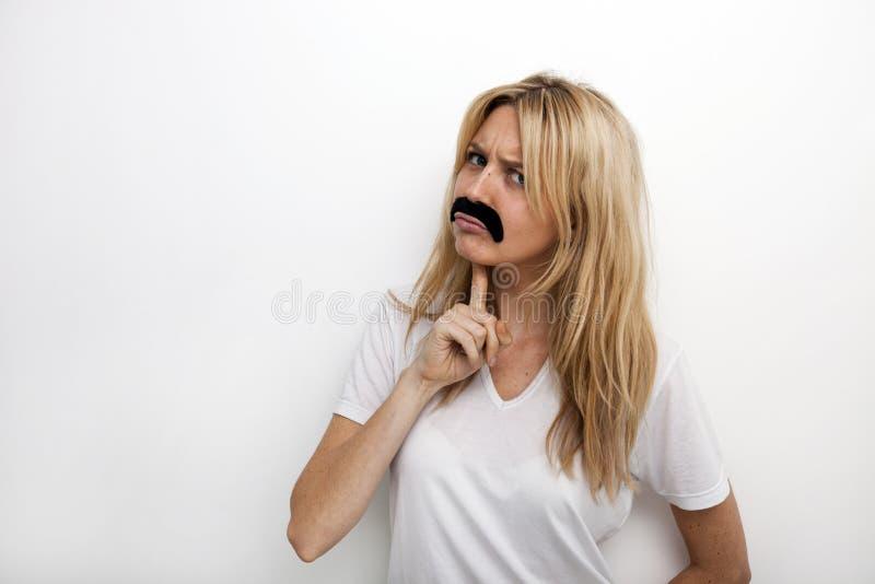 Retrato de confuso no bigode falsificado contra o fundo branco fotografia de stock royalty free
