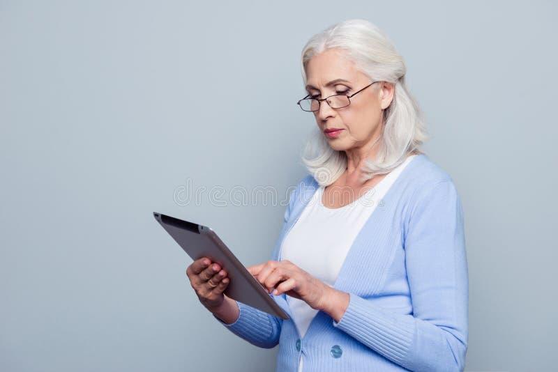 Retrato de consideravelmente, encantando, mulher envelhecida com guardar a tabuleta, u imagem de stock royalty free