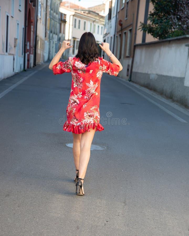 Retrato de corpo inteiro de trás da menina preto-de cabelo alegre, respira um sentido completo e aprecia a liberdade imagem de stock