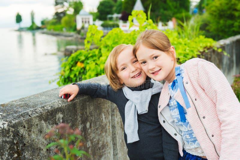 Retrato de crianças adoráveis, fora fotos de stock