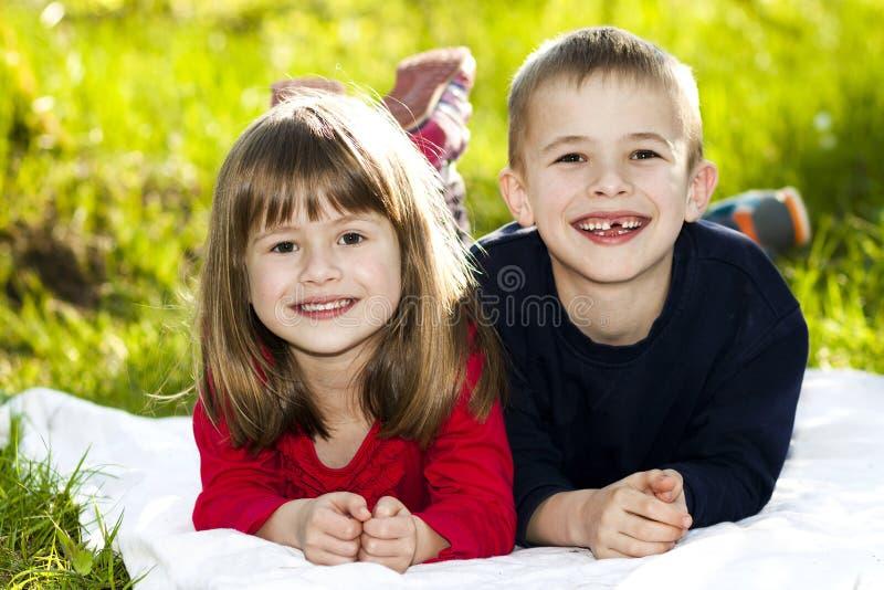 Retrato de crianças pequenas de sorriso felizes menino e menina em ensolarado imagem de stock royalty free