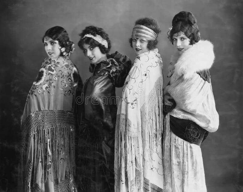 Retrato de cuatro mujeres jovenes que presentan en mantones (todas las personas representadas no son vivas más largo y ningún est foto de archivo libre de regalías