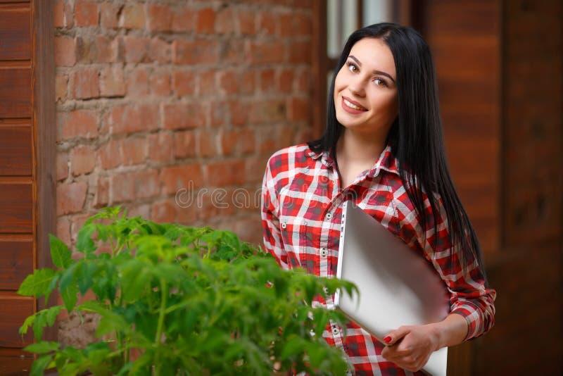 Retrato de cultivar un huerto femenino joven encantador foto de archivo libre de regalías