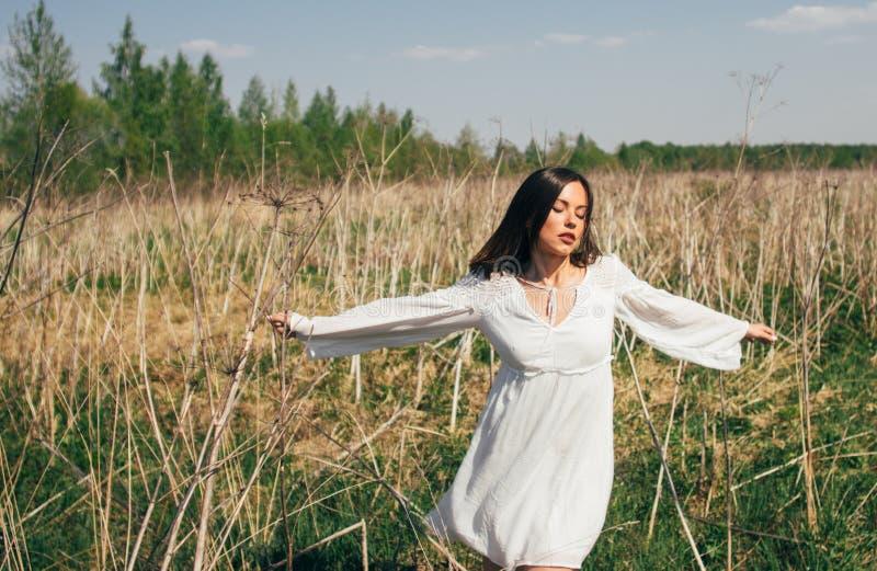 Retrato de dançar a menina moreno bonita fotografia de stock
