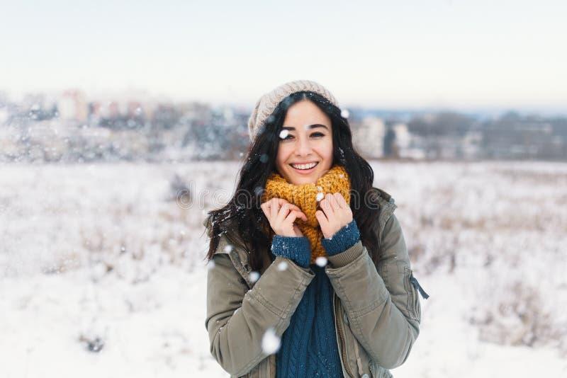 Retrato de derretimento do inverno do coração da jovem mulher bonita que espera Chr fotos de stock