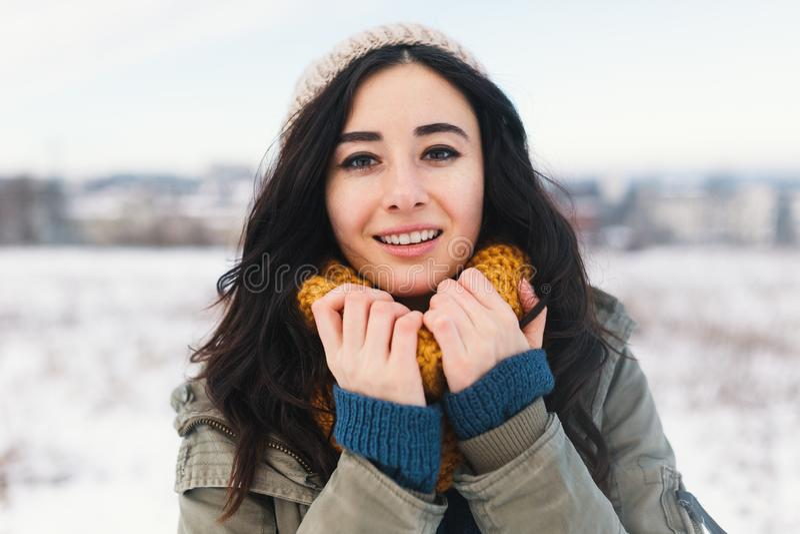 Retrato de derretimento do inverno do coração da jovem mulher bonita que espera Chr fotos de stock royalty free