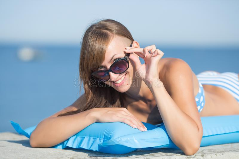 Retrato de descansar a menina magro no mar foto de stock royalty free