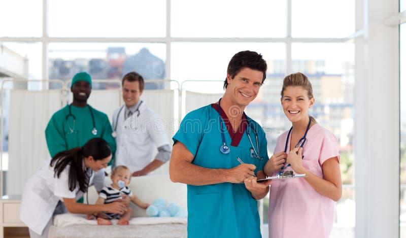 Retrato de doctores en un hospital que parece feliz foto de archivo libre de regalías