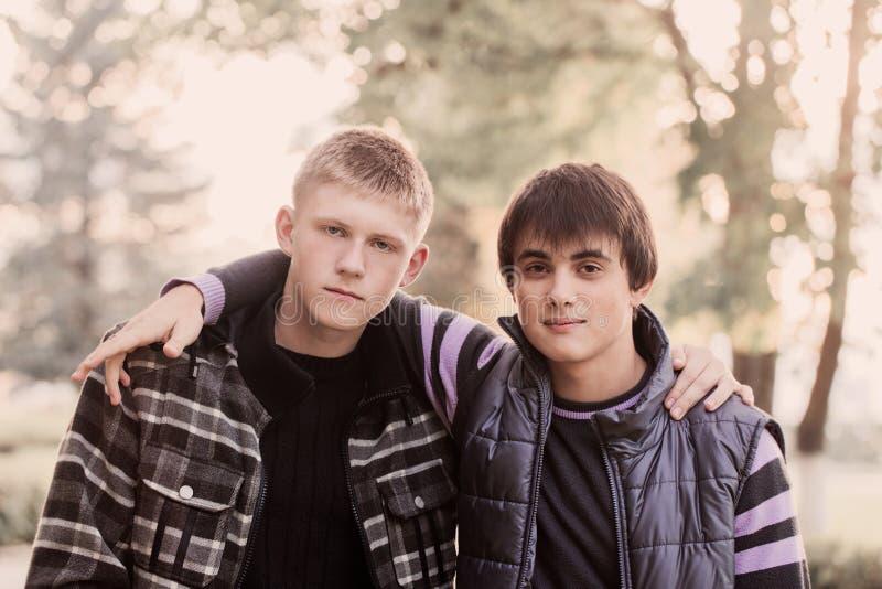 Retrato de dois adolescentes exteriores fotos de stock royalty free
