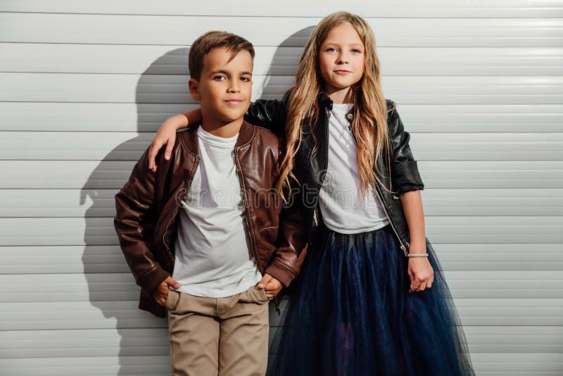 Retrato de dois alunos adolescentes em um fundo da porta da garagem em uma rua do parque da cidade fotografia de stock royalty free