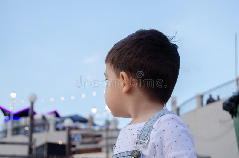 Retrato de dois anos bonitos da obscuridade velha do menino para ouvir-se foto de stock