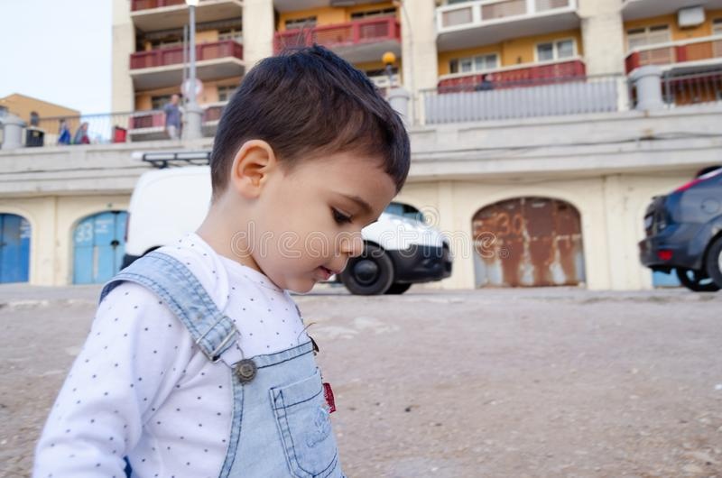 Retrato de dois anos bonitos da obscuridade velha do menino para ouvir-se foto de stock royalty free