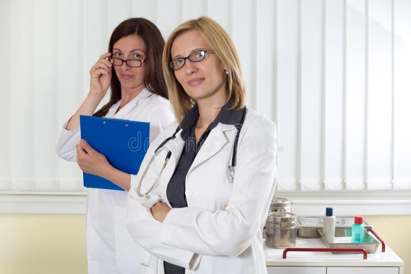 Retrato de dois colegas médicos que sorriem e que olham a câmera imagens de stock royalty free