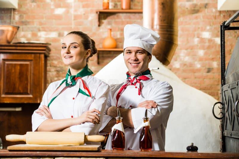 Retrato de dois cozinheiros imagens de stock