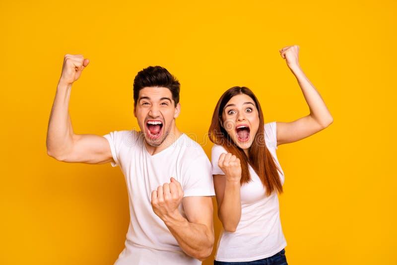 Retrato de dois povos extáticos loucos animadores alegres encantadores bonitos atrativos agradáveis que têm o vencedor da vitória fotos de stock royalty free