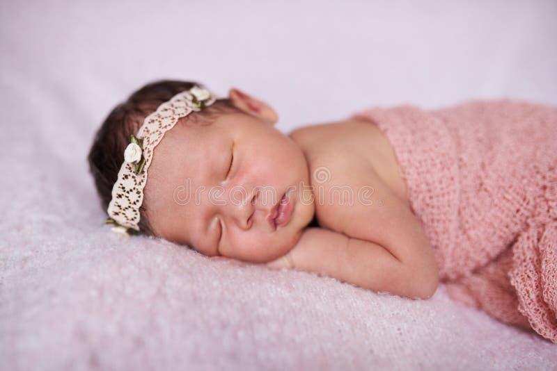 Retrato de dormir recién nacido fotos de archivo libres de regalías