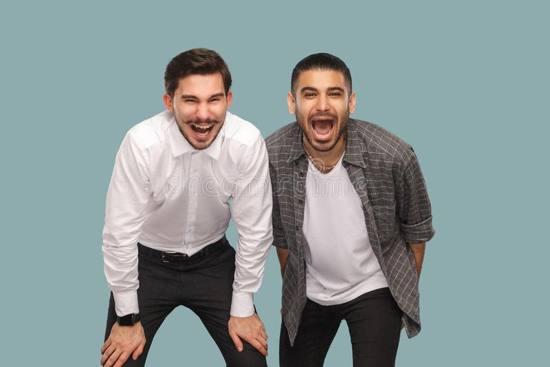 Retrato de dos amigos o partn positivos felices barbudos hermosos fotos de archivo