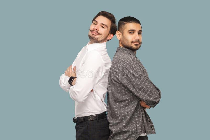 Retrato de dos amigos o socios acertados barbudos hermosos imagenes de archivo