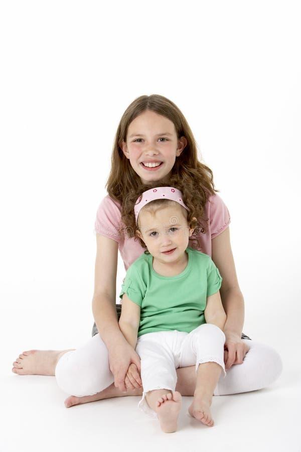 Retrato de dos chicas jóvenes foto de archivo libre de regalías