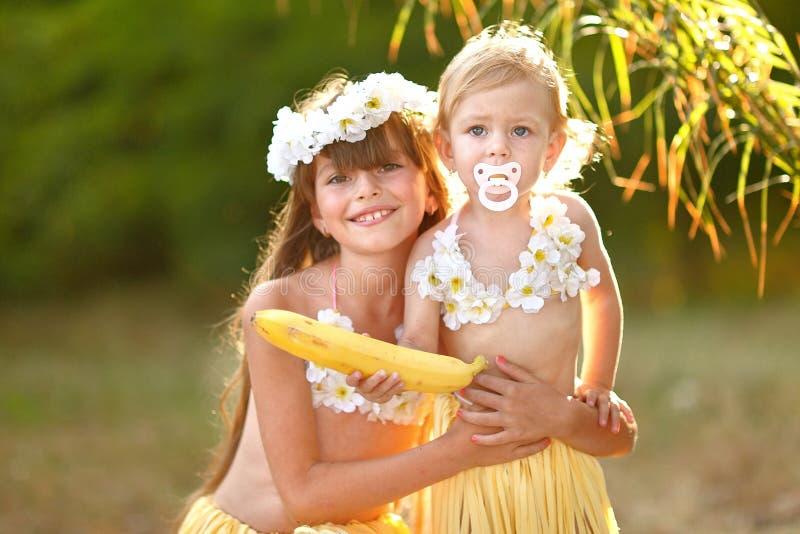 Download Retrato de dos hermanas foto de archivo. Imagen de travieso - 44852120